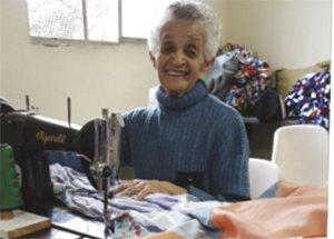 Metodista de 82 anos faz cobertores e sabão para pessoas que moram na rua