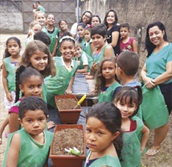Crianças da Metodistas de Goianá, MG, cultivam horta comunitária