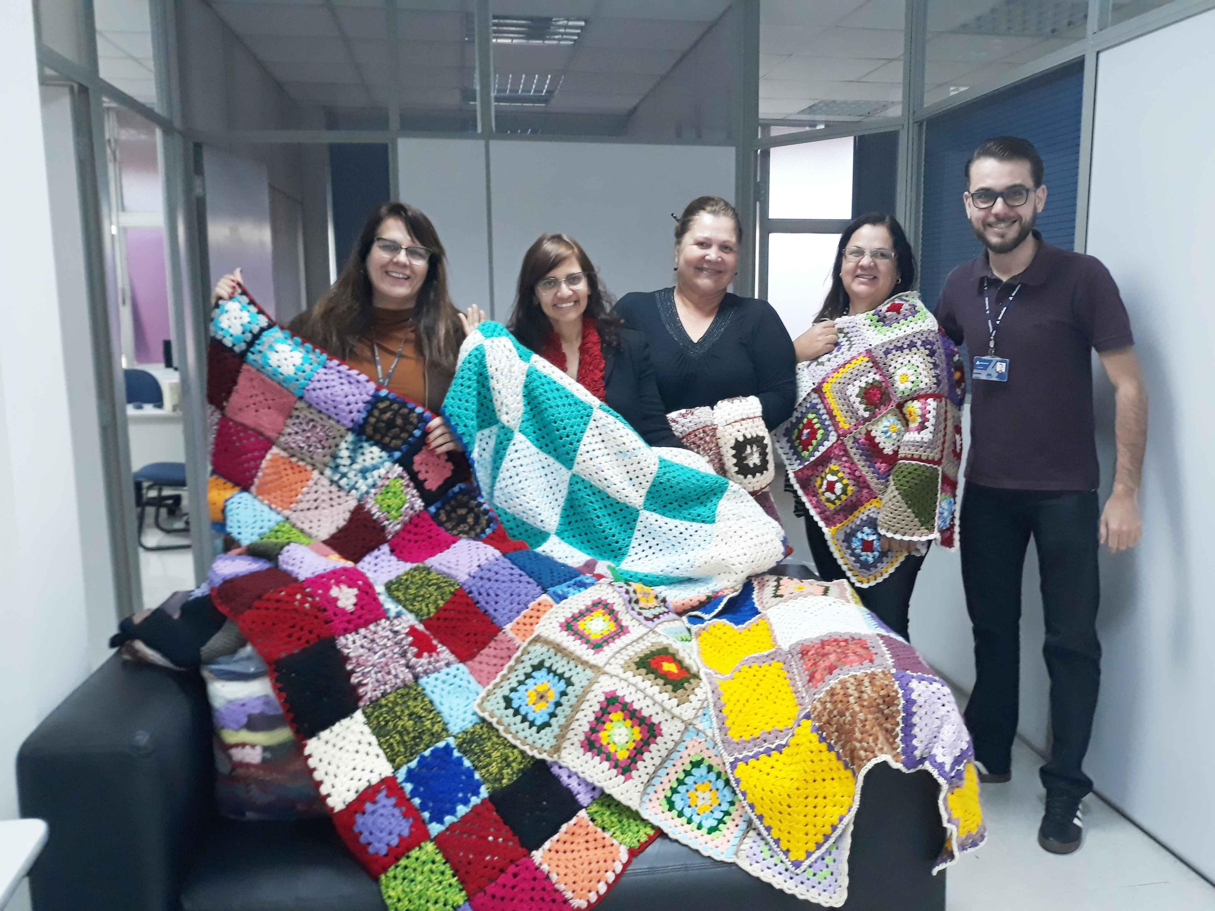 Pastoral Universitária entrega mantas para a Casa de Mãe, beneficiando mulheres e crianças vulneráveis