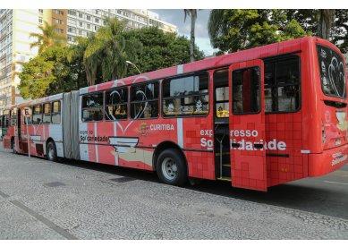 Metodistas levam Ceia de Natal em ônibus da prefeitura para pessoas em situação de rua na cidade de Curitiba