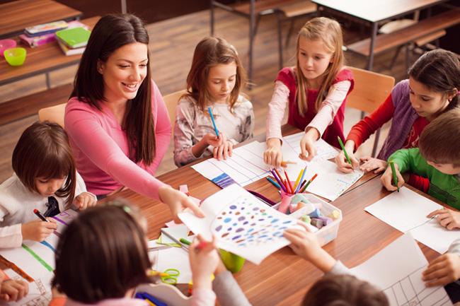 Grupo de crianças estudando
