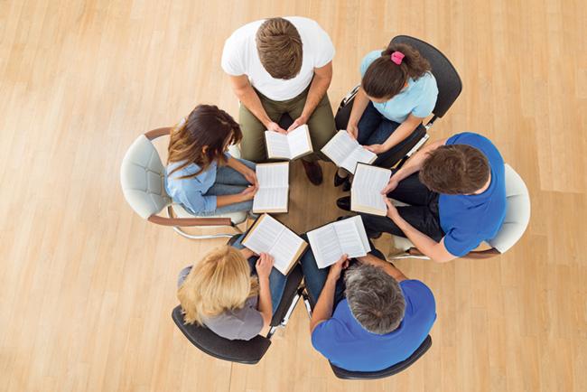 Grupo se seis pessoas, bíblias abertas, vistas dos alto