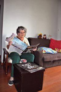 Dona Malvina lendo o Expositor Cristão
