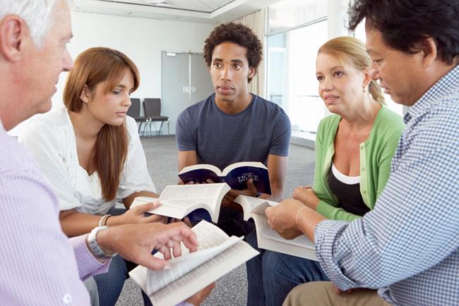 Grupo de pessoas estudando a Bíblia