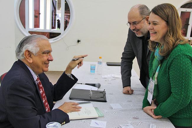 Palestrante Justo Gonzaléz conversa com Bispo Adonias e sua esposa Marta