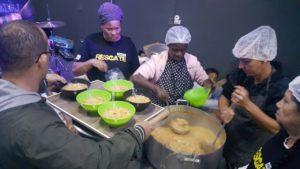 Equipe prepara a sopa para distribuição