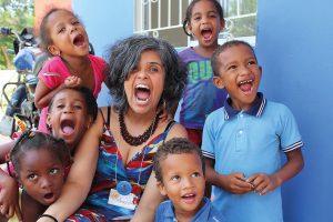 Pastora Andreia Fernandes, em momento de descontração com as crianças da Colômbia.