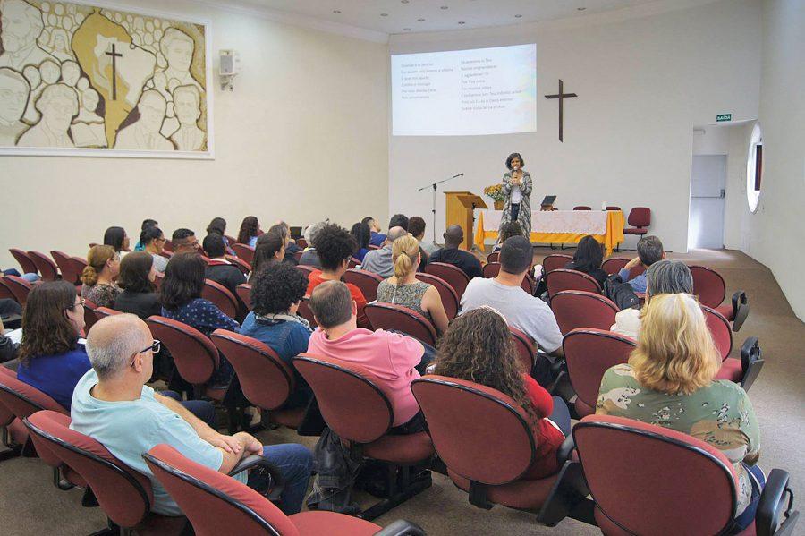 Coordenadora do DNED, Pastora Andreia Fernades, abriu o encontro.
